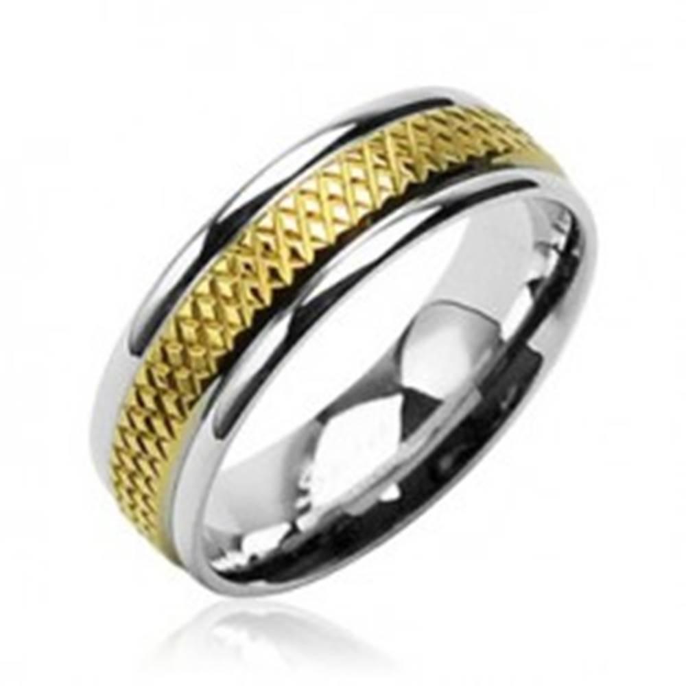 Šperky eshop Obrúčka z chirurgickej ocele so stredovým kosoštvorcovým pruhom zlatej farby - Veľkosť: 49 mm