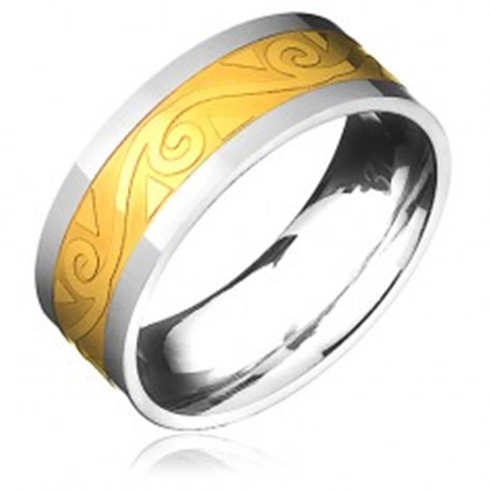 Šperky eshop Oceľový prsteň - zlato-striebornej farby s motívom špirál vo vlnke - Veľkosť: 57 mm