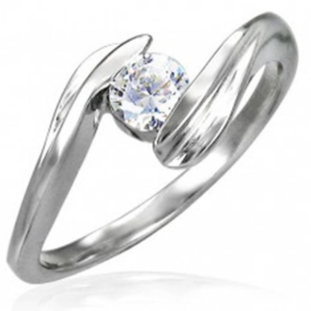 Šperky eshop Oceľový zásnubný prsteň so zirkónom uchyteným medzi koncami ramien - Veľkosť: 49 mm
