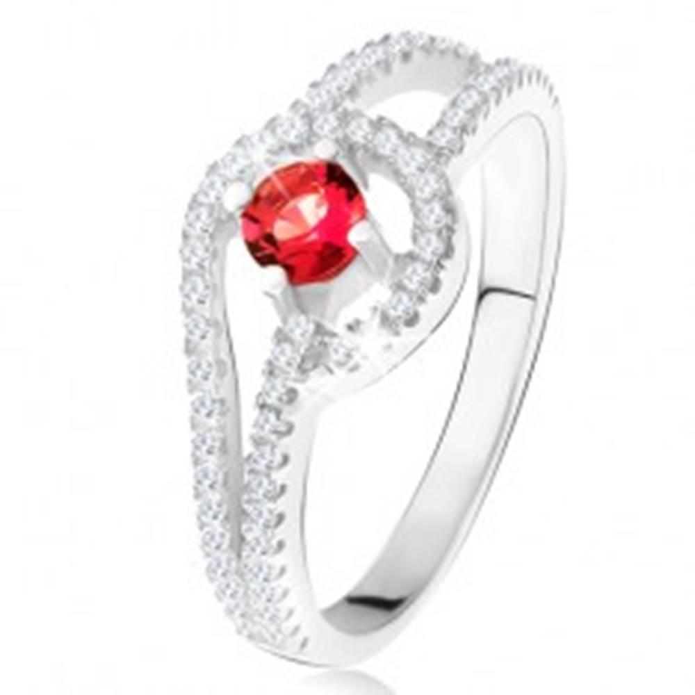 Šperky eshop Prsteň s červeným okrúhlym kameňom, drobné číre zirkóny, striebro 925 - Veľkosť: 49 mm