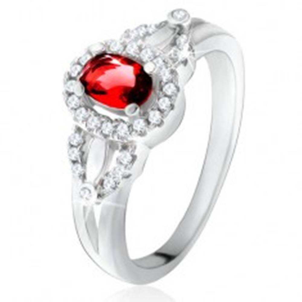 Šperky eshop Prsteň s červeným oválnym kameňom, drobné číre zirkóniky, striebro 925 - Veľkosť: 49 mm