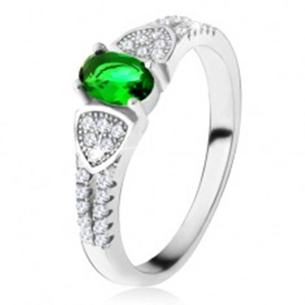 Šperky eshop Prsteň s oválnym zeleným zirkónom, trojuholníky, číre kamienky, striebro 925 - Veľkosť: 49 mm