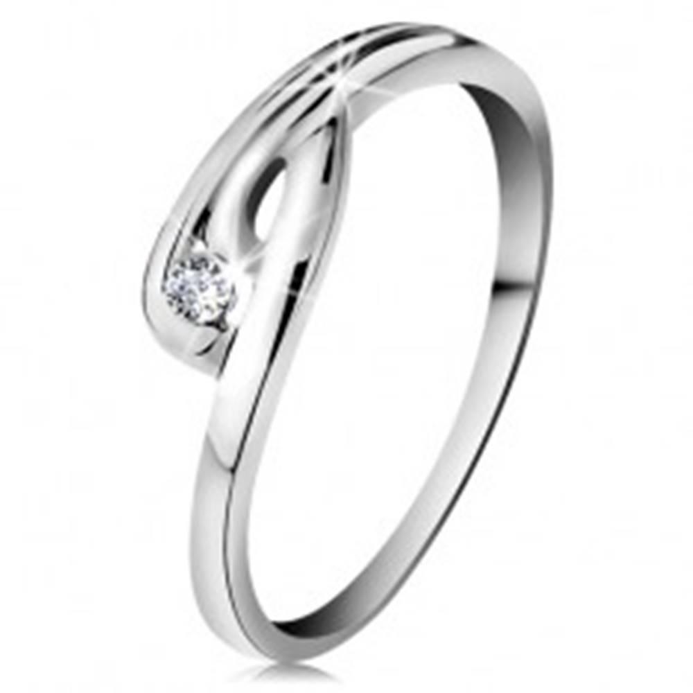 Šperky eshop Prsteň v bielom 14K zlate - žiarivý číry diamant, zahnuté ramená so zárezom - Veľkosť: 49 mm
