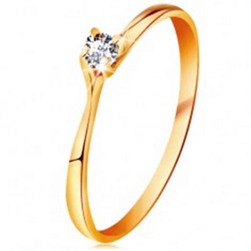 Šperky eshop Prsteň v žltom 14K zlate - trblietavý číry briliant v lesklom vyvýšenom kotlíku - Veľkosť: 48 mm