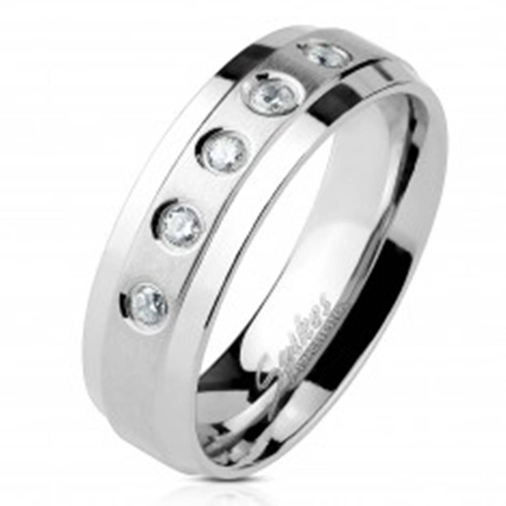 Šperky eshop Prsteň z chirurgickej ocele 5 čírych zirkónov na matnom pruhu s lesklými okrajmi - Veľkosť: 49 mm