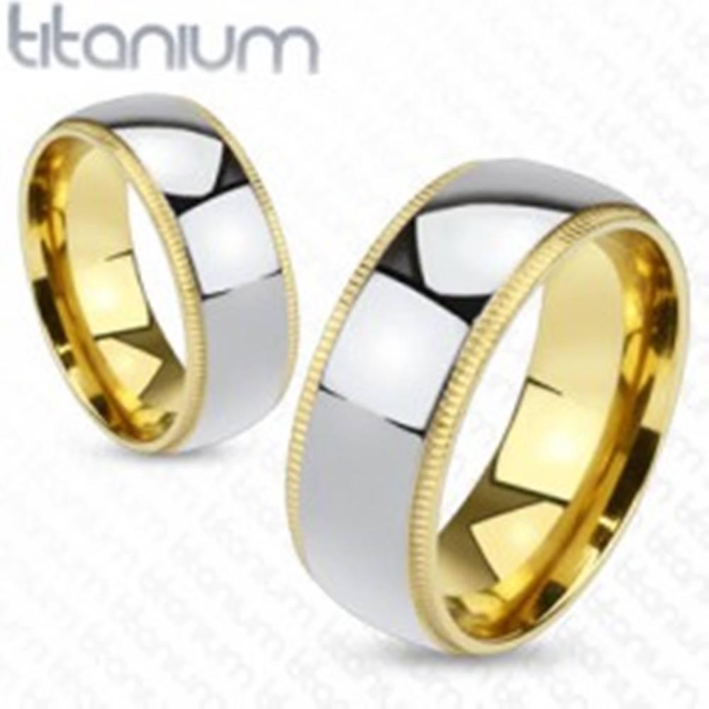 Šperky eshop Titánová obrúčka striebristej farby so zlatistým vrúbkovaným okrajom - Veľkosť: 49 mm