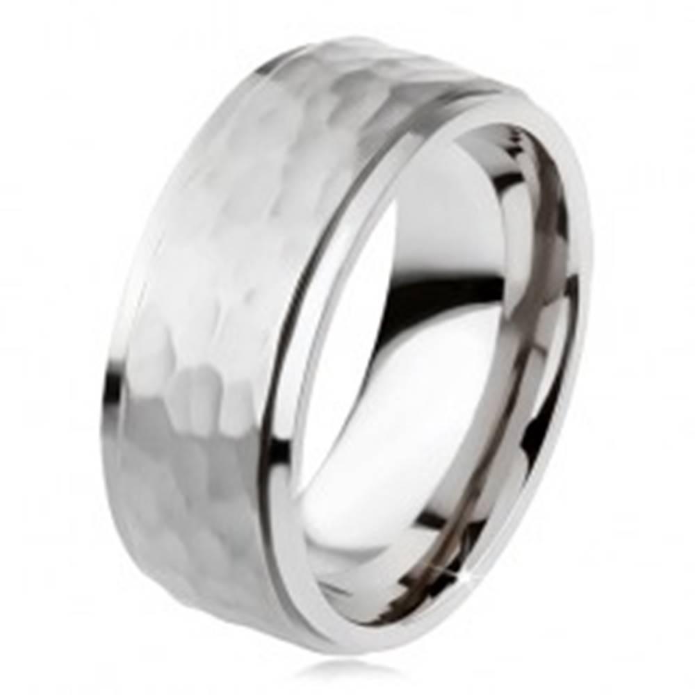 Šperky eshop Titánový prsteň, vyvýšený matný stredový pás, asymetrické priehlbiny - Veľkosť: 54 mm