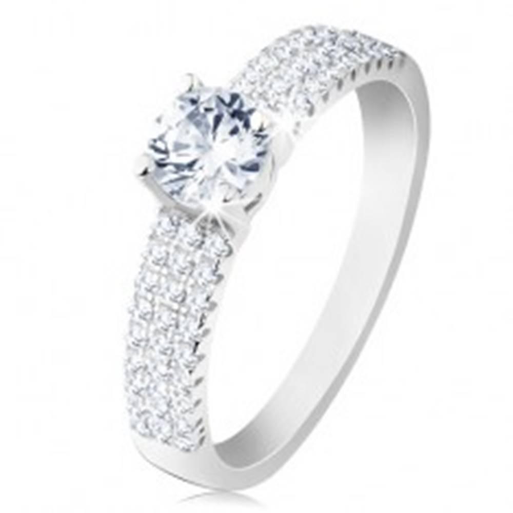 Šperky eshop Zásnubný prsteň, striebro 925, okrúhly číry zirkón, drobné zirkóniky na ramenách - Veľkosť: 49 mm