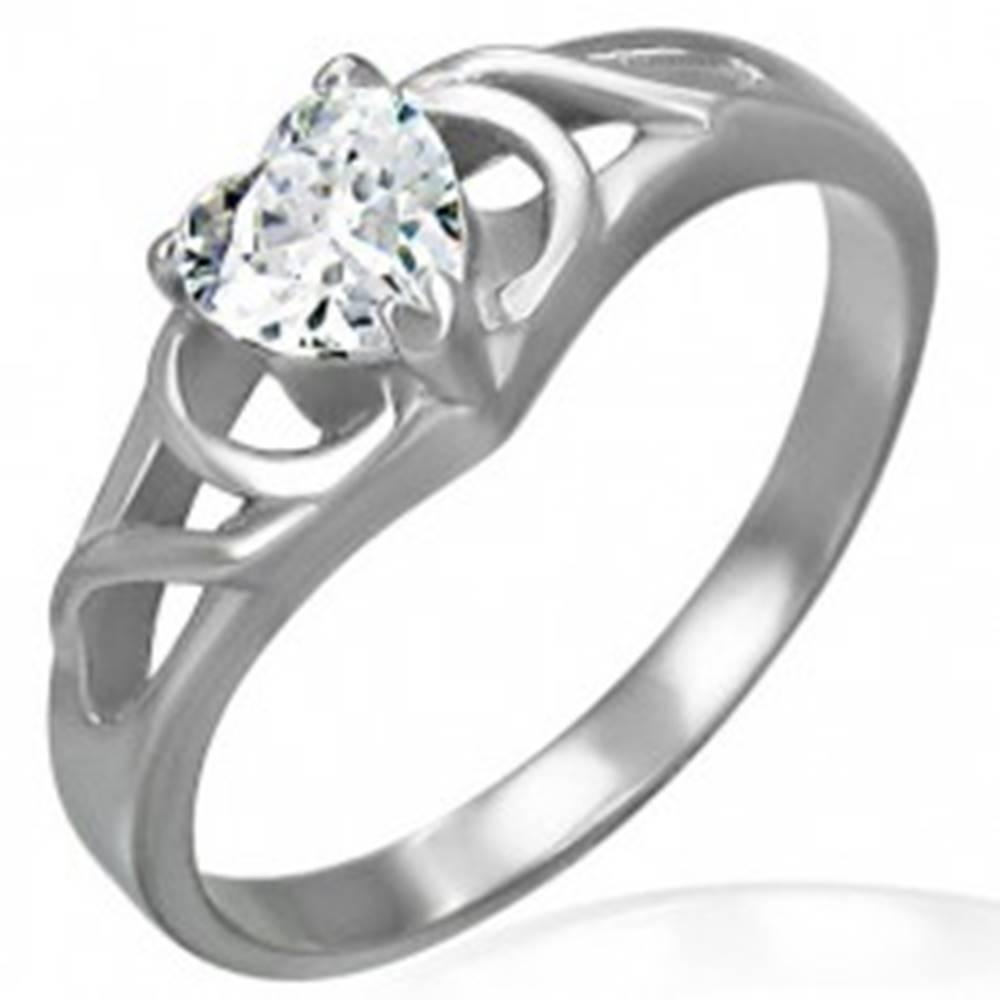 Šperky eshop Zásnubný prsteň z chirurgickej ocele - číre zirkónové srdce, ornamenty - Veľkosť: 48 mm