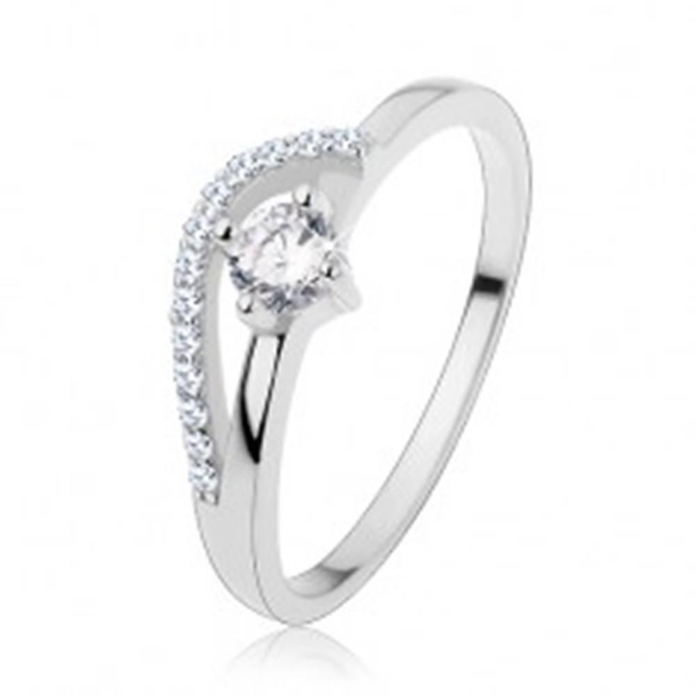 Šperky eshop Zásnubný prsteň zo striebra 925, tenké ramená, zvlnená ligotavá línia, zirkón - Veľkosť: 50 mm