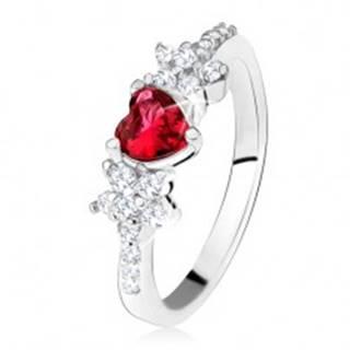 Prsteň s červeným srdiečkovým kameňom a kvietkami, číre zirkóniky, striebro 925 - Veľkosť: 49 mm