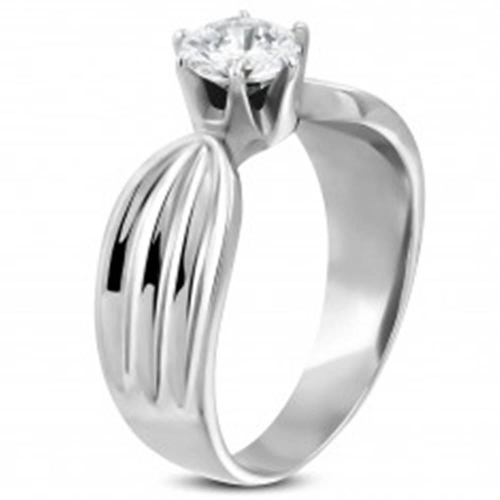 Šperky eshop Dámsky prsteň z ocele 316L s čírym zirkónom a zárezmi po stranách - Veľkosť: 49 mm
