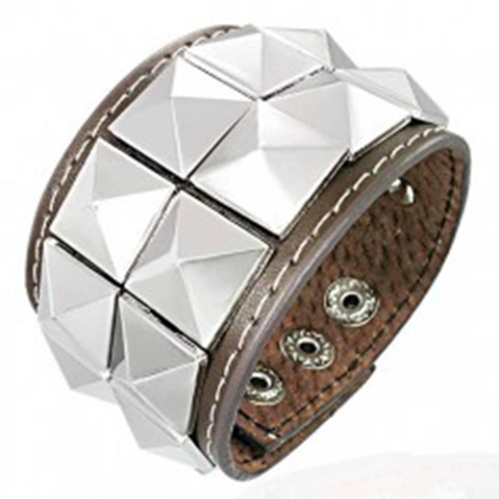 Šperky eshop Hnedý kožený náramok vybíjaný lesklými pyramídkami
