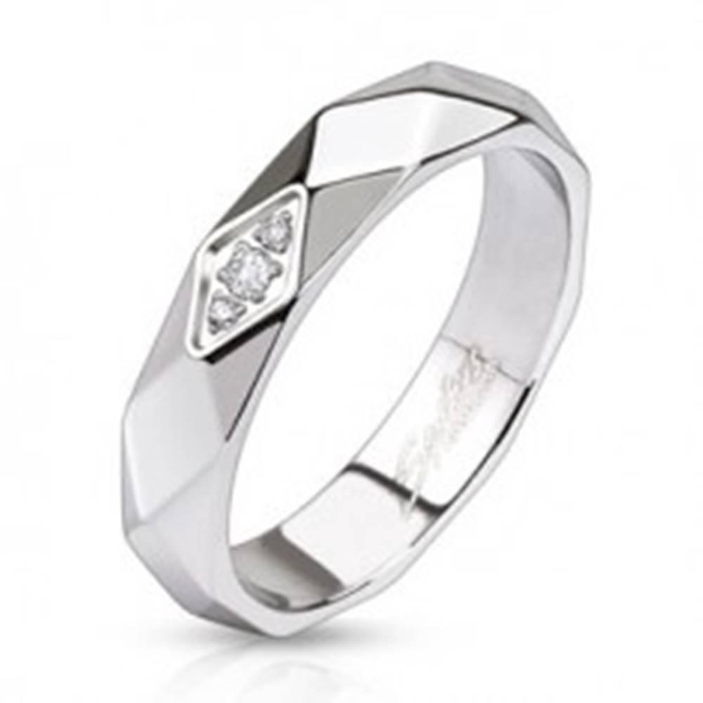 Šperky eshop Lesklý oceľový prsteň - pás z kosoštvorcov, zirkóny - Veľkosť: 49 mm