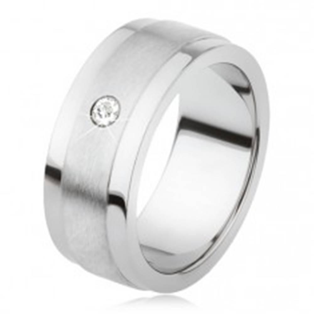 Šperky eshop Obrúčka z titánu s matným stredovým pásom a lesklými okrajmi, číry kamienok - Veľkosť: 53 mm