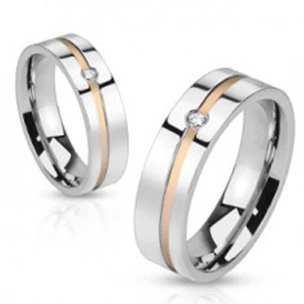 Šperky eshop Oceľová obrúčka - pruh zlatej farby so zirkónom - Veľkosť: 49 mm
