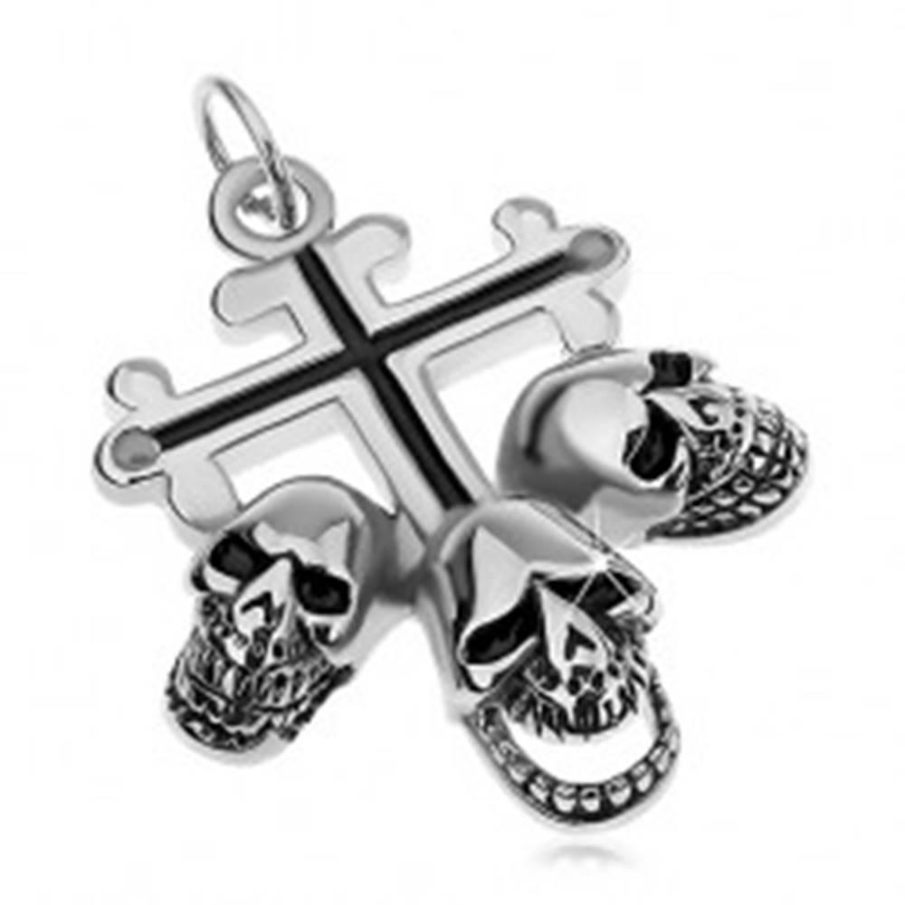 Šperky eshop Oceľový prívesok striebornej farby, ľaliový kríž s čiernymi líniami, tri lebky