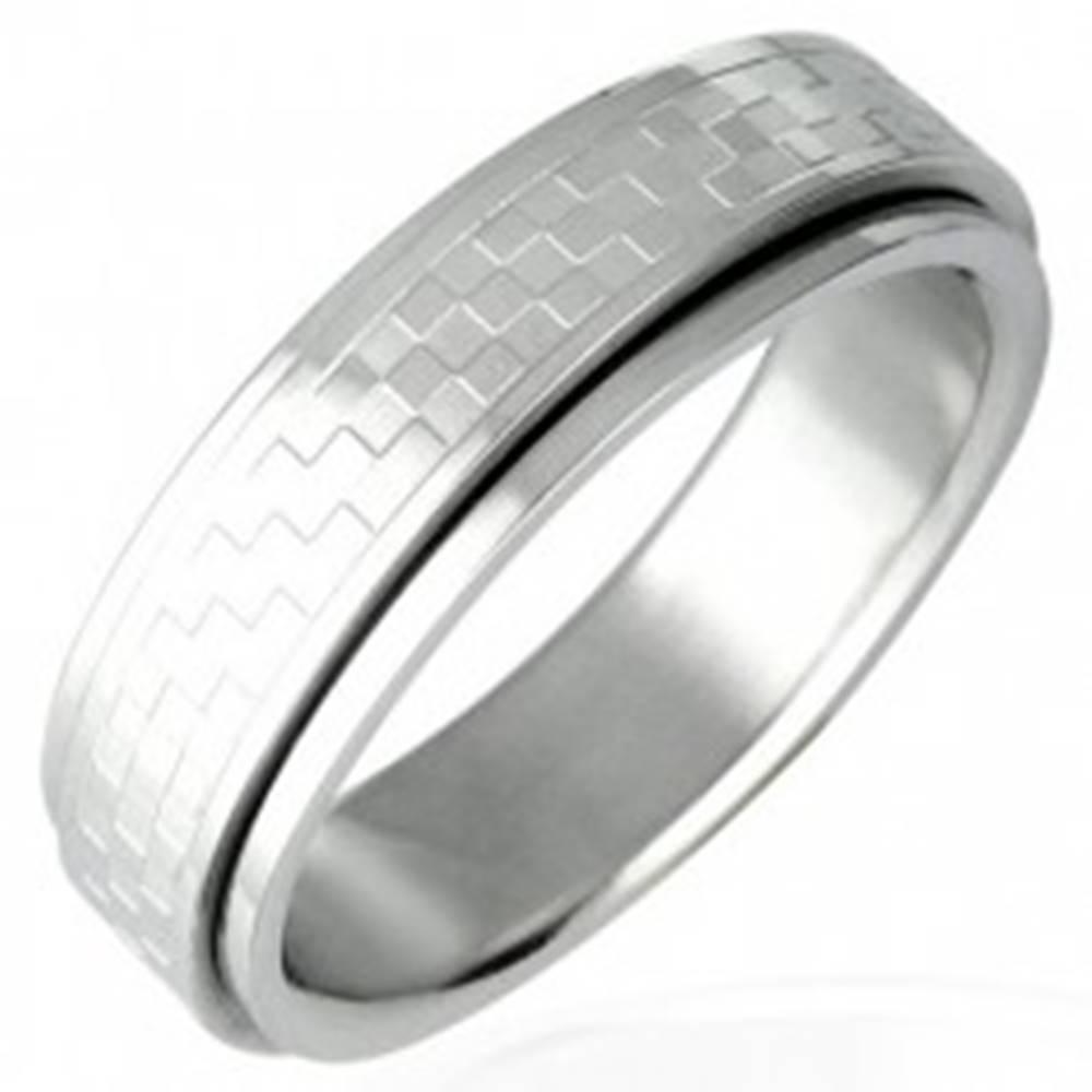 Šperky eshop Oceľový prsteň s otáčavým stredom - šachovnica - Veľkosť: 53 mm