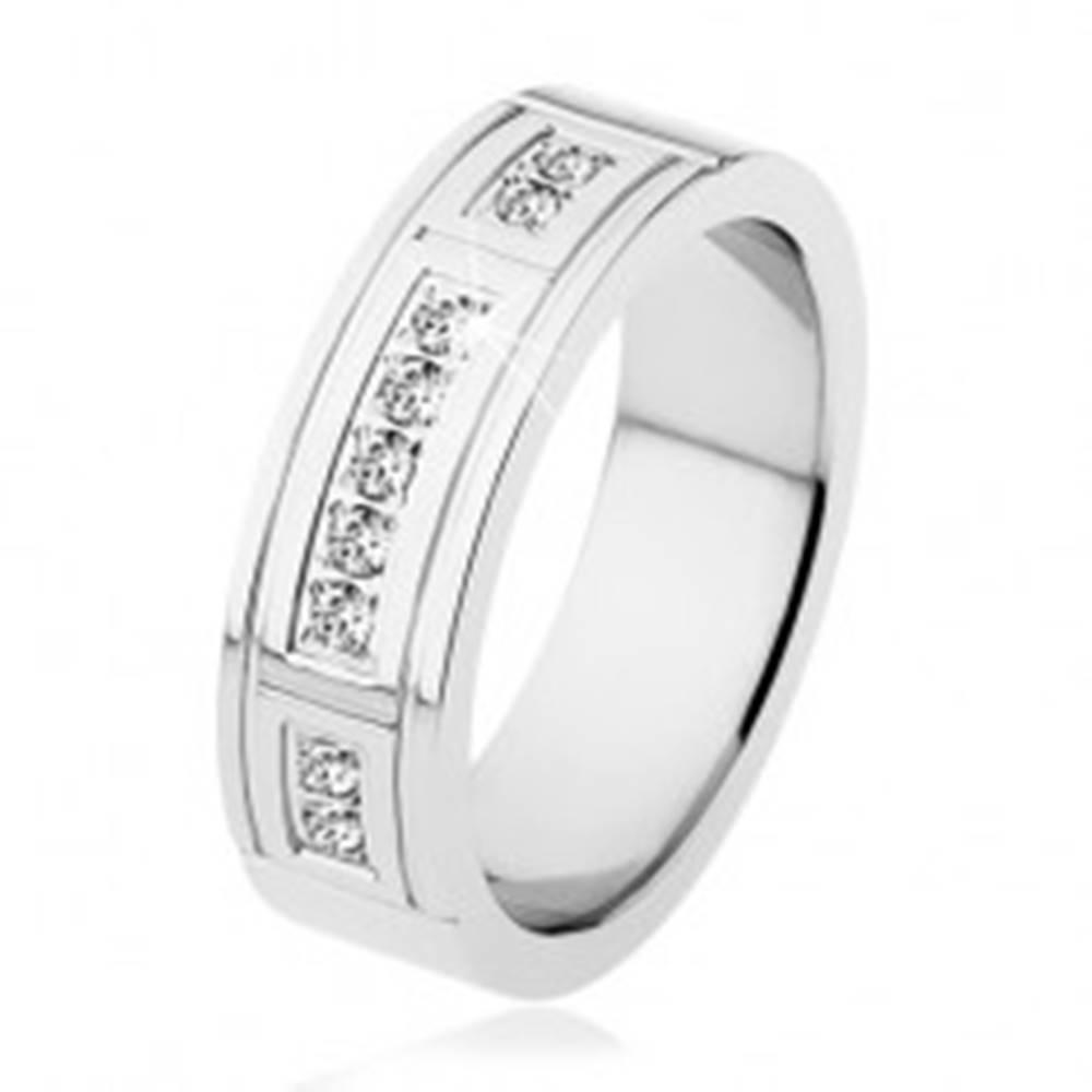 Šperky eshop Oceľový prsteň striebornej farby, ozdobné zárezy, tri línie čírych zirkónov - Veľkosť: 53 mm