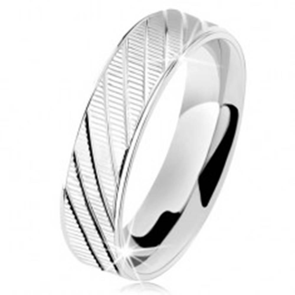 Šperky eshop Strieborný prsteň 925, vrúbkovaný povrch, lesklé okraje a šikmé zárezy - Veľkosť: 49 mm