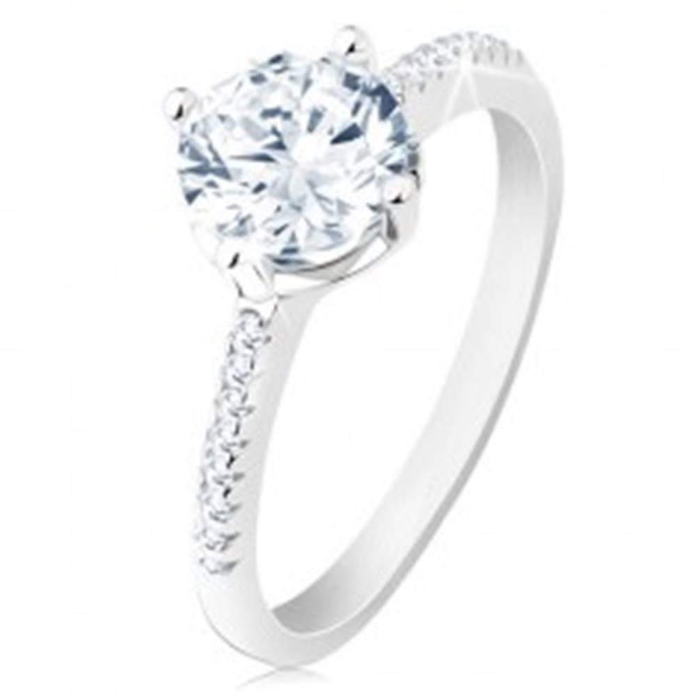 Šperky eshop Strieborný prsteň 925, zdobené ramená, ligotavý zirkón, vyrezávaný kotlík - Veľkosť: 50 mm