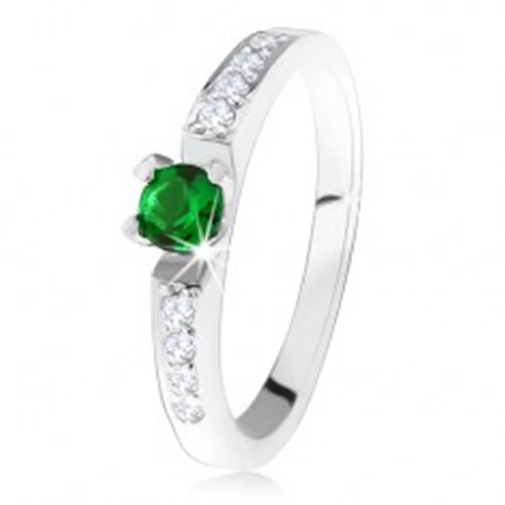 Šperky eshop Strieborný zásnubný prsteň 925, okrúhly zelený kamienok, línie čírych zirkónov - Veľkosť: 49 mm