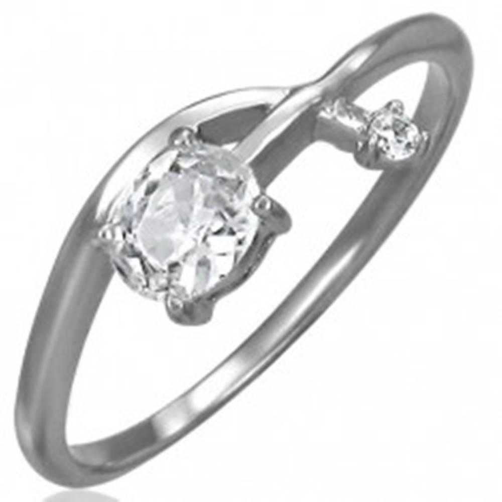 Šperky eshop Zásnubný prsteň - prepletená zirkónová šípka - Veľkosť: 52 mm