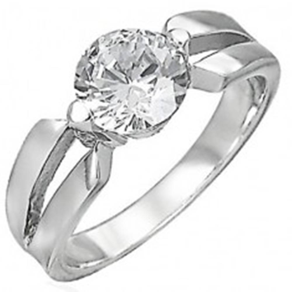 Šperky eshop Zásnubný prsteň z chirurgickej ocele, veľký číry zirkón, výrezy na ramenách - Veľkosť: 48 mm