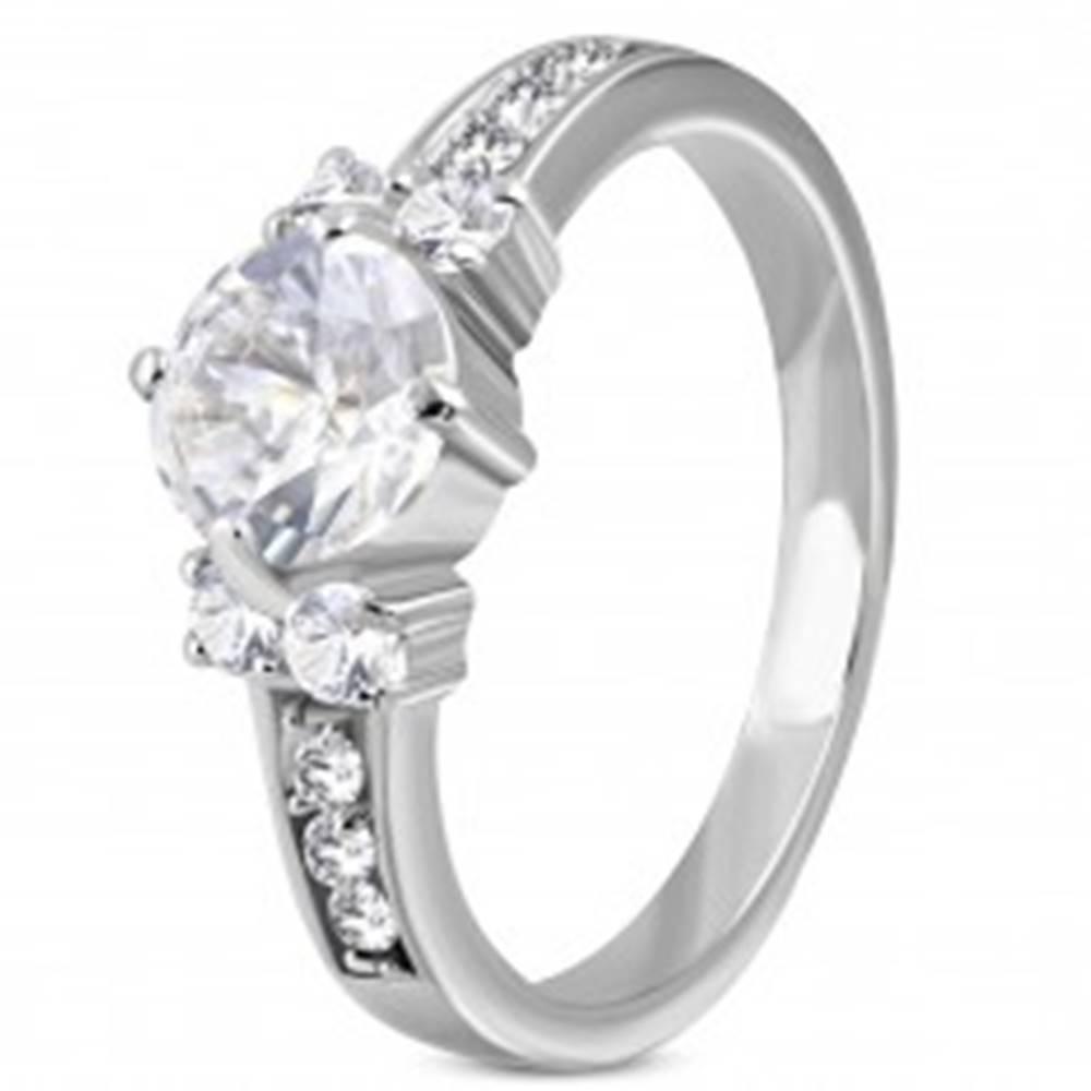 Šperky eshop Zásnubný prsteň z ocele 316L - jeden veľký zirkón v strede, menšie po stranách - Veľkosť: 49 mm