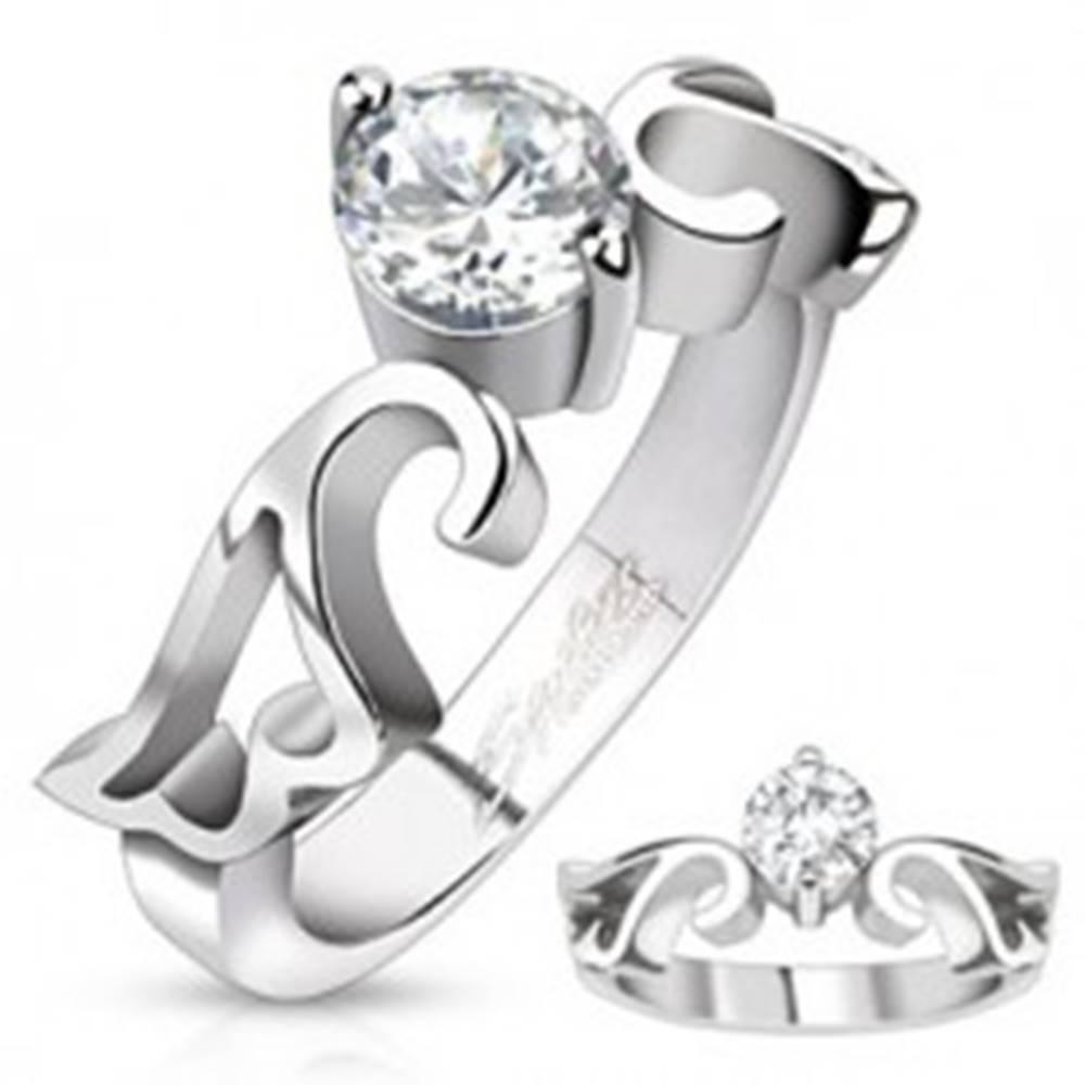 Šperky eshop Zásnubný prsteň z ocele s čírym zirkónom a výrezom krídiel - Veľkosť: 49 mm