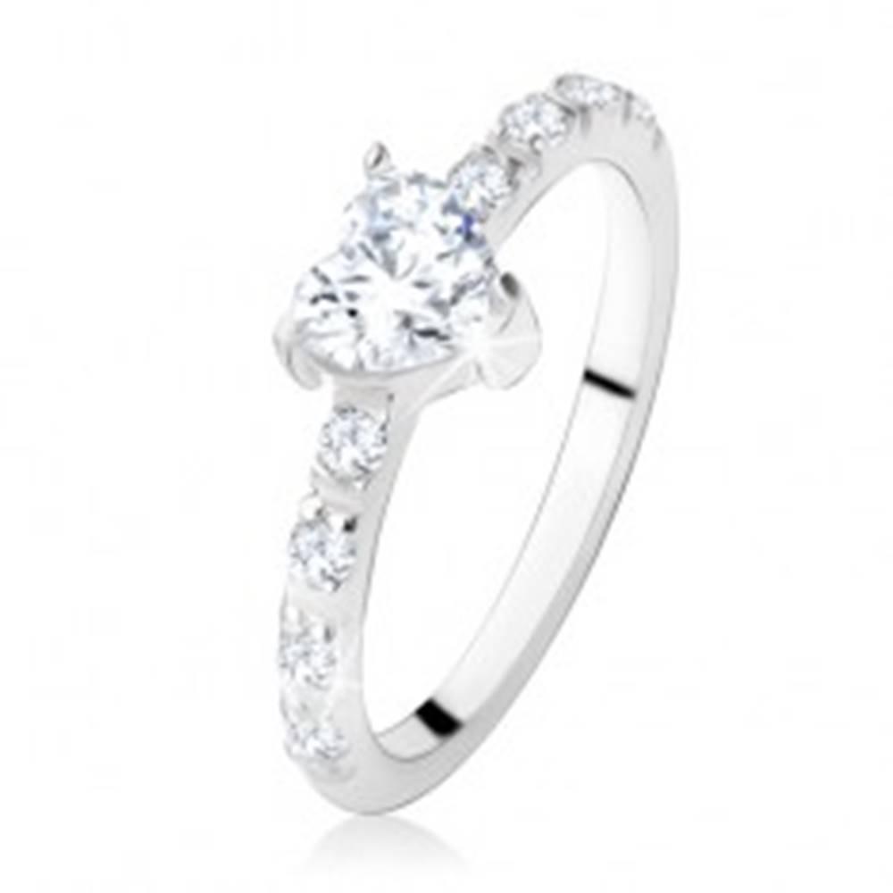 Šperky eshop Zásnubný prsteň zo striebra 925, zirkónové srdiečko, zdobené ramená - Veľkosť: 49 mm
