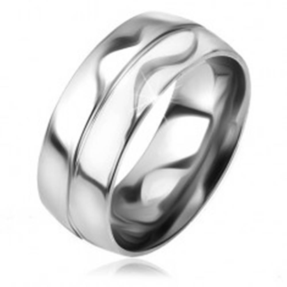 Šperky eshop Lesklá a hladká obrúčka z ocele, strieborná farba, ozdobný zárez v strede - Veľkosť: 57 mm