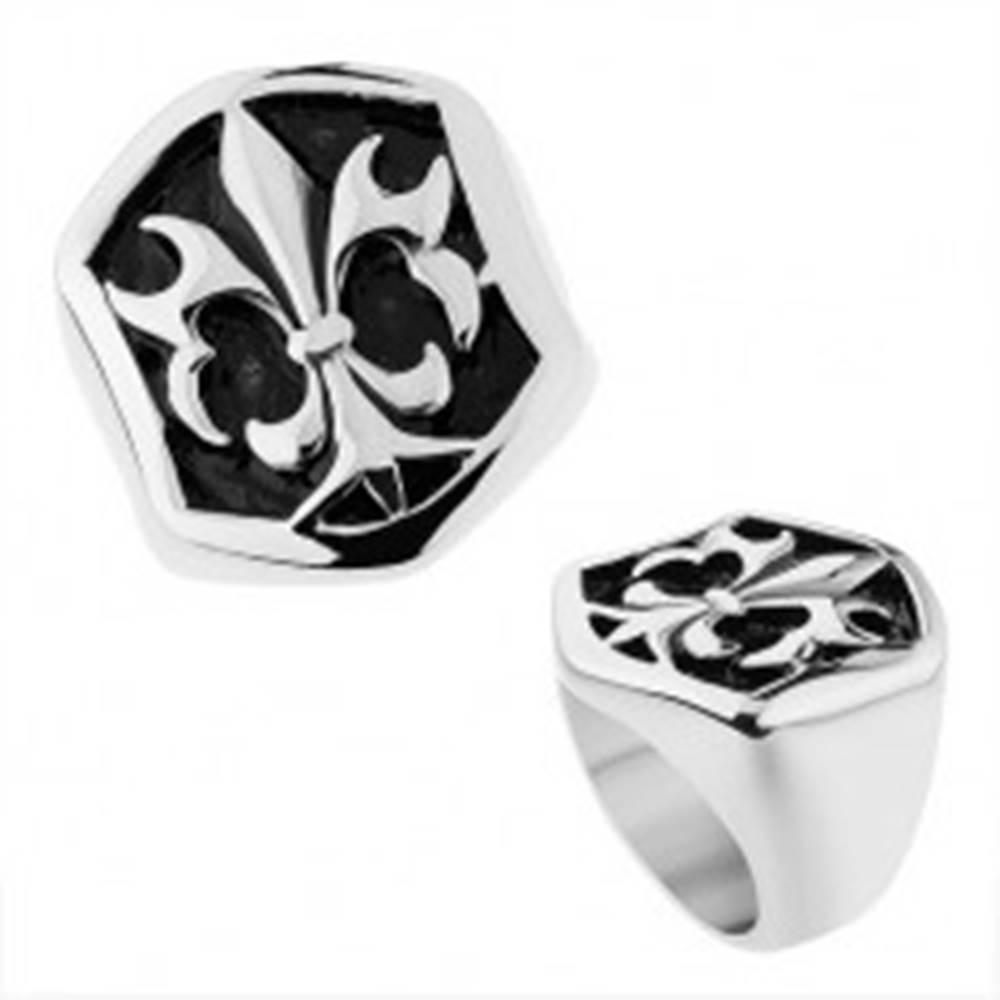 Šperky eshop Oceľový prsteň striebornej farby, šesťhranná ozdoba s patinou a Fleur de Lis - Veľkosť: 57 mm