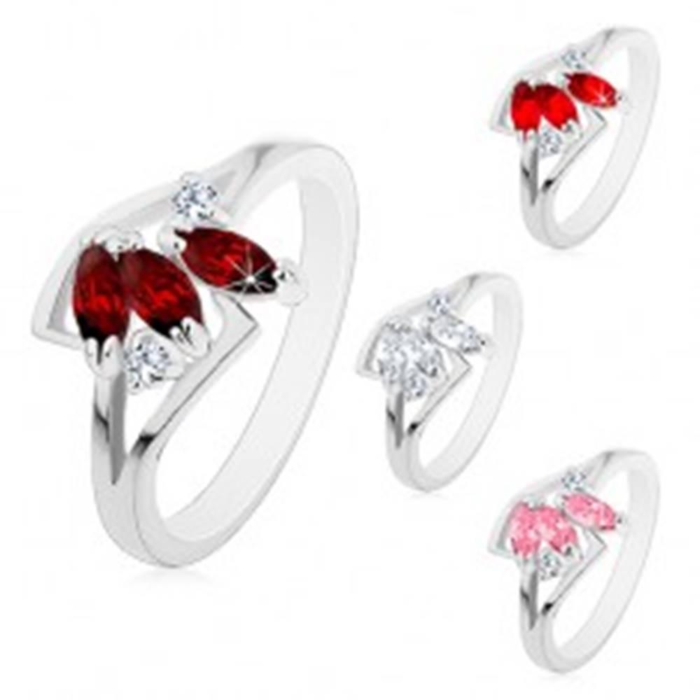 Šperky eshop Prsteň s rozdelenými ramenami striebornej farby, tri farebné brúsené zrnká - Veľkosť: 52 mm, Farba: Ružová