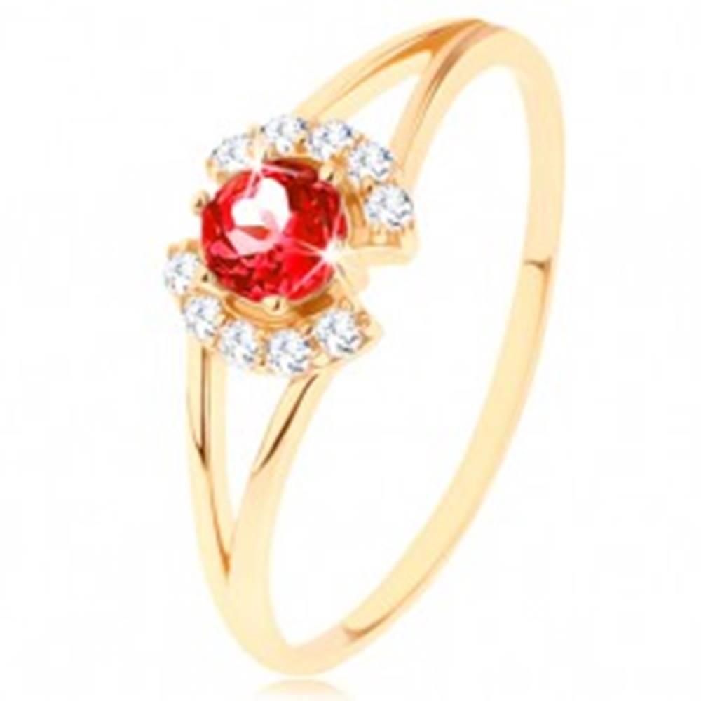 Šperky eshop Prsteň zo žltého 14K zlata - okrúhly červený granát medzi čírymi oblúčikmi - Veľkosť: 49 mm