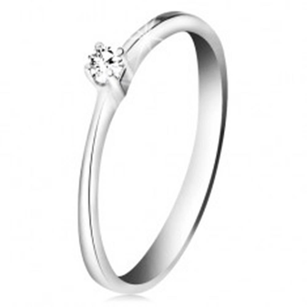 Šperky eshop Briliantový prsteň z bieleho zlata 585 - trblietavý číry diamant v štvorcípom kotlíku - Veľkosť: 50 mm