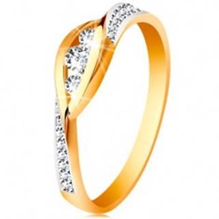 Zlatý 14K prsteň - lesklé zahnuté konce ramien, tri zirkóny a trblietavé pásy - Veľkosť: 49 mm
