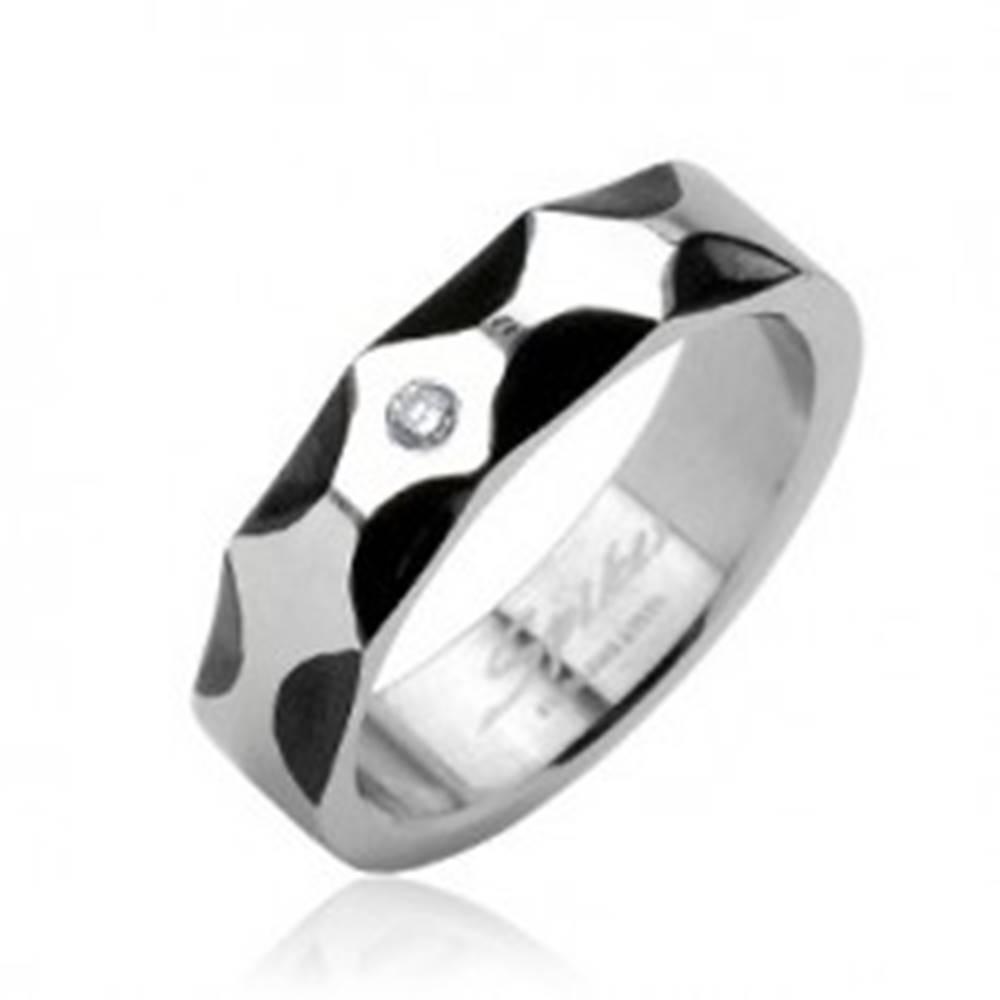 Šperky eshop Oceľový prsteň - vzor vĺn, zirkón v strede - Veľkosť: 59 mm