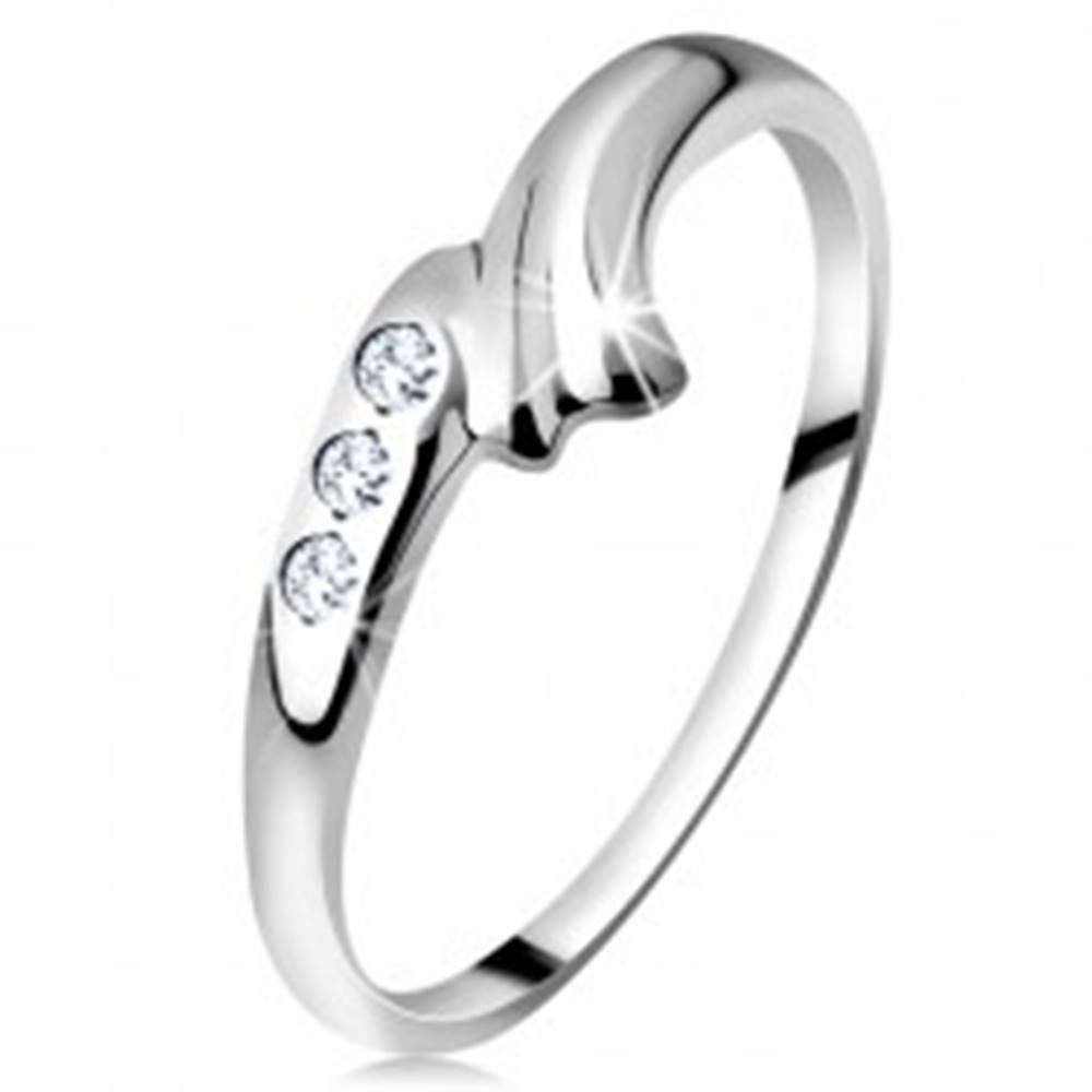 Šperky eshop Prsteň v bielom 14K zlate - zahnuté rameno s ryhou a trojica čírych briliantov - Veľkosť: 49 mm