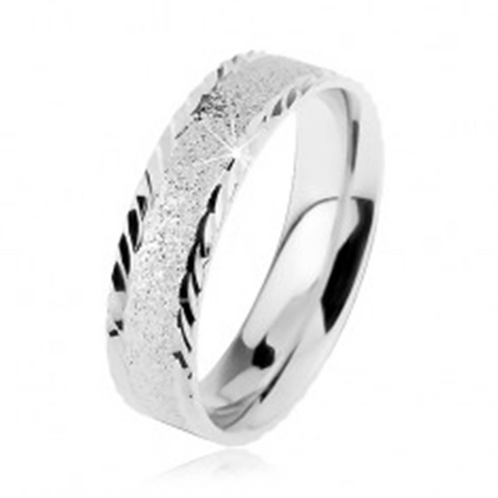 Šperky eshop Strieborná 925 obrúčka, ligotavý pieskovaný povrch, malé šikmé zárezy - Veľkosť: 49 mm