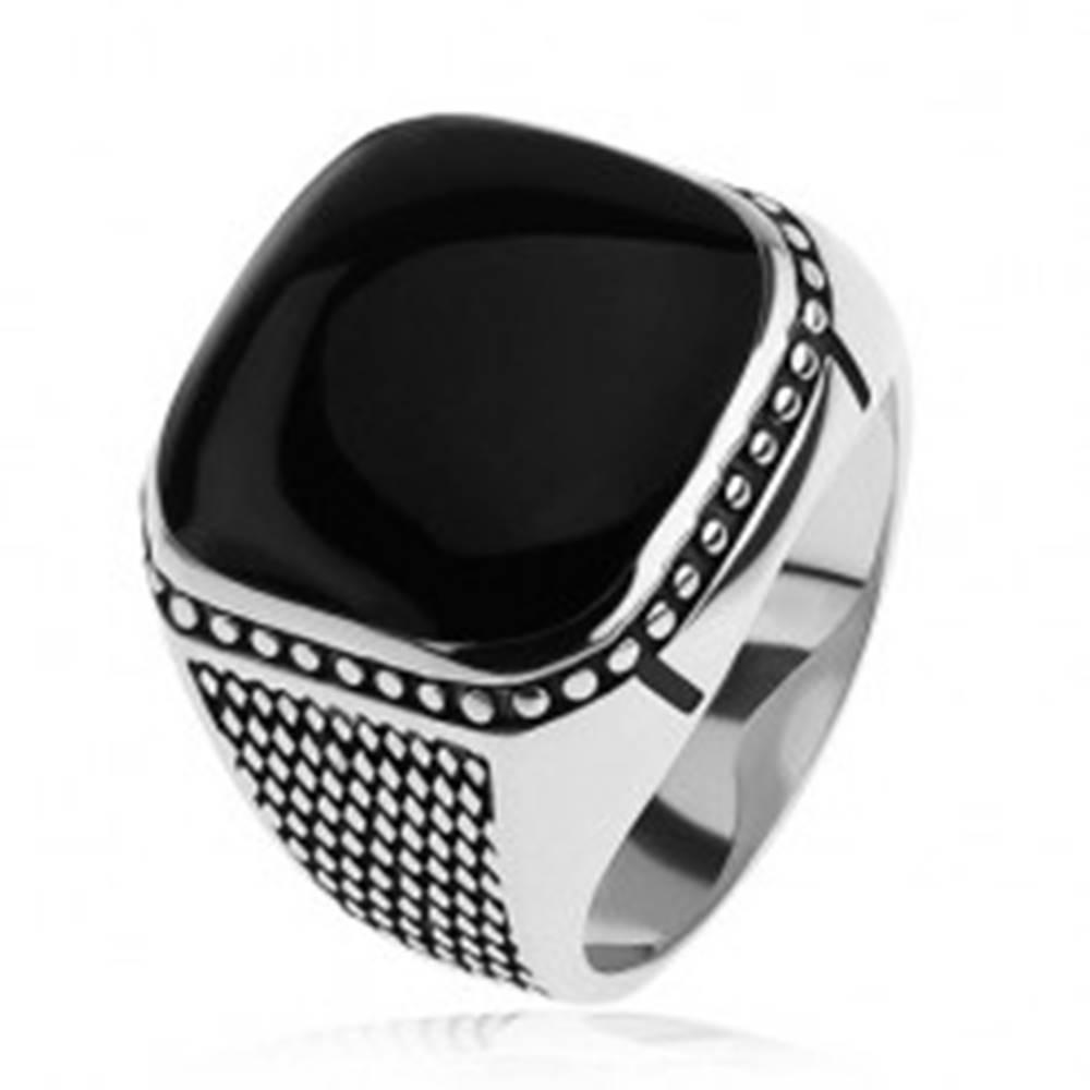 Šperky eshop Strieborný prsteň 925, malé kosoštvorce, guličky, čierny vypuklý štvorec - Veľkosť: 54 mm
