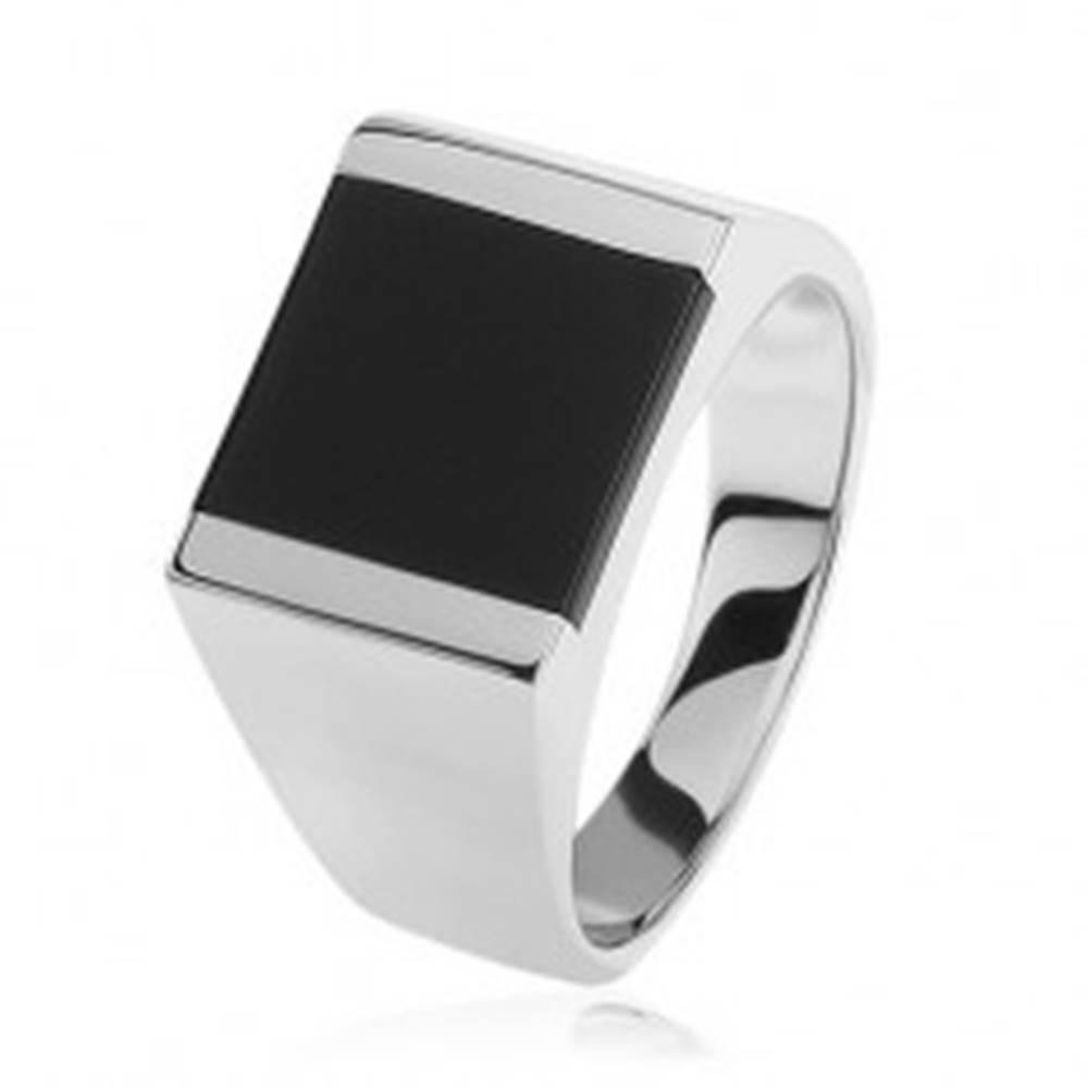 Šperky eshop Strieborný prsteň 925, zrkadlovolesklé ramená, štvorec s čiernou glazúrou - Veľkosť: 54 mm