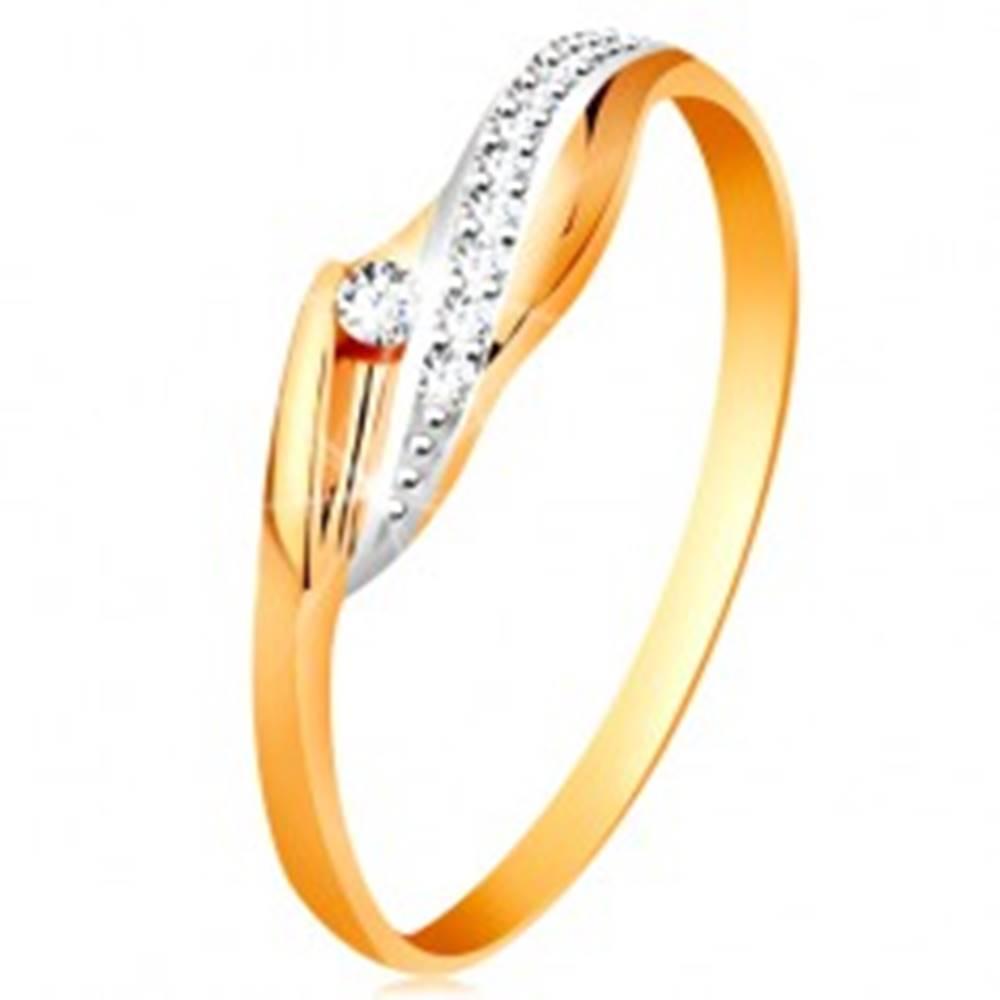 Šperky eshop Zlatý 14K prsteň - lesklé zvlnené ramená, trblietavá číra vlnka a zirkón - Veľkosť: 48 mm