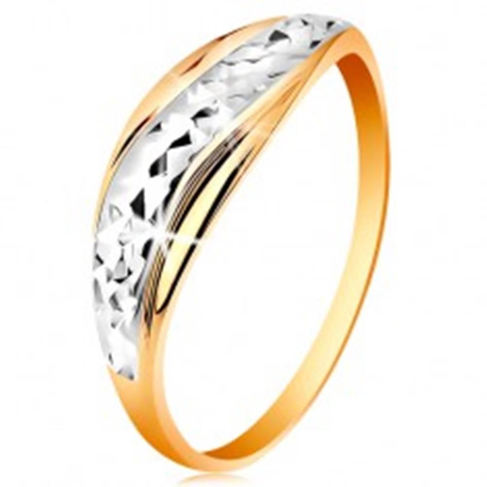 Šperky eshop Zlatý prsteň 585 - vlnky z bieleho a žltého zlata, ligotavý brúsený povrch - Veľkosť: 49 mm