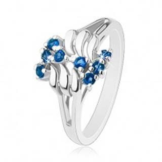 Lesklý prsteň, strieborný odtieň, vlnky, okrúhle ligotavé zirkóny, cik-cak vzor - Veľkosť: 52 mm, Farba: Svetlomodrá