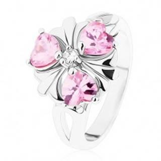 Prsteň striebornej farby, ligotavý kvietok s ružovými srdiečkovými zirkónmi - Veľkosť: 51 mm