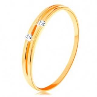 Zlatý diamantový prsteň 585 - lesklé hladké ramená s úzkym výrezom a briliantmi - Veľkosť: 49 mm