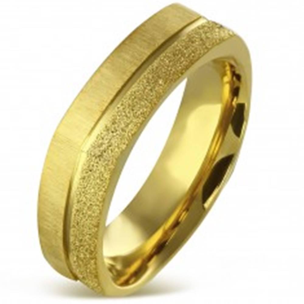 Šperky eshop Hranatý prsteň z chirurgickej ocele zlatej farby - pieskovaný a saténový pás, 7 mm - Veľkosť: 55 mm