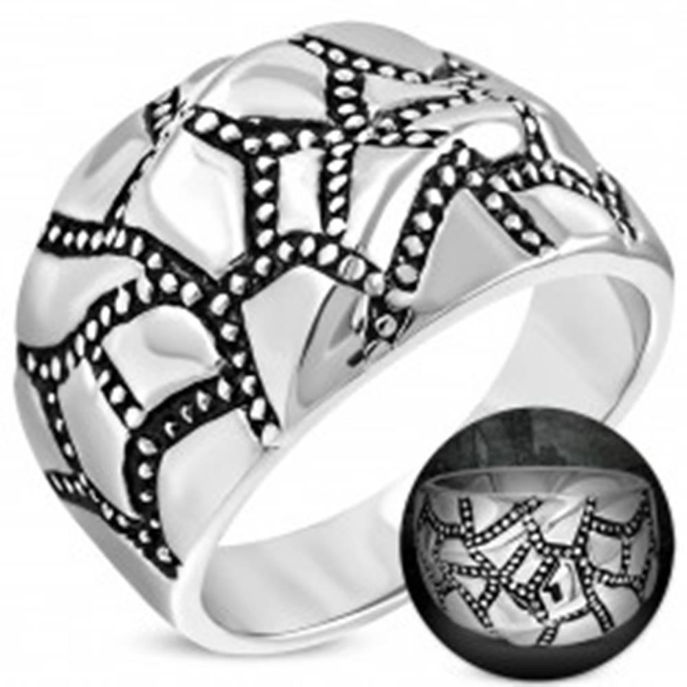 Šperky eshop Mohutný oceľový prsteň striebornej farby, zvlnený povrch, patinované pásy - Veľkosť: 52 mm