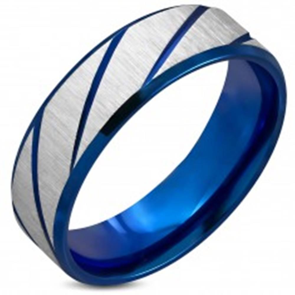 Šperky eshop Obrúčka z chirurgickej ocele, drsný povrch, tmavomodré šikmé zárezy, 7 mm - Veľkosť: 54 mm